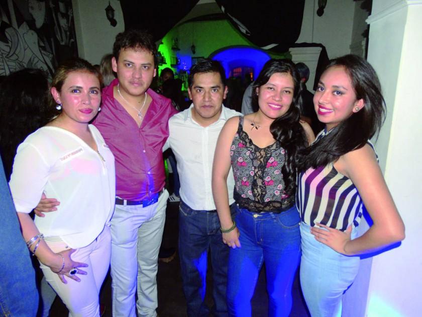 Claudia, Álvaro, Johnny, Daniela y Gina.