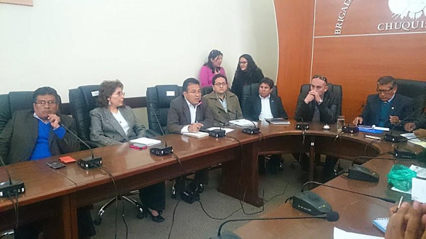 AUDIENCIA. El gerente General de la CNS, Carlos Meneses, rindió un informe ante los parlamentarios de Chuquisaca en...