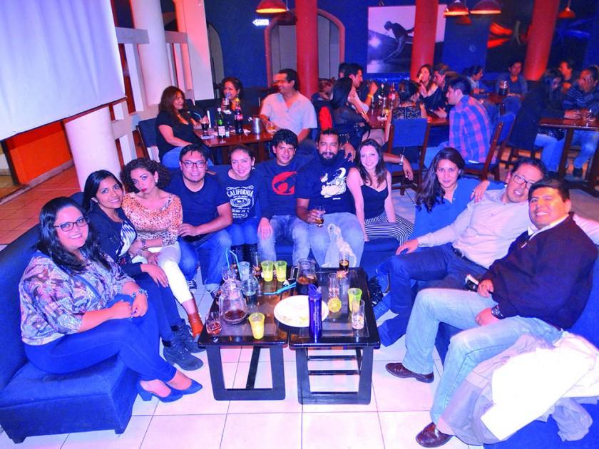 Christian Zárate (cuarto izquierda) celebrando su cumpleaños  en el Birthday Rock.