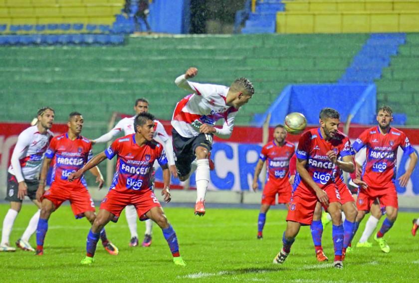 Universitario sucumbió ante Nacional Potosí ayer, en la Villa Imperial, por la octava fecha del Torneo Apertura de la...