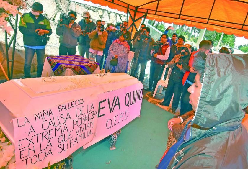 DRAMA. Durante el traslado de los restos de Eva al cementerio de Ventilla en El Alto.