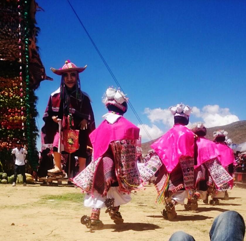 El baile de las comunidades locales. FOTO: CORREO DEL SUR