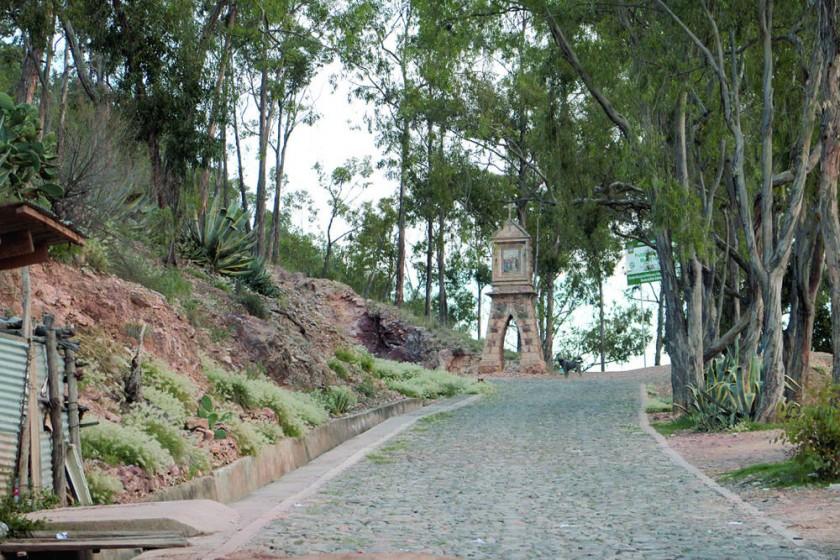 """PINTORESCO. El antiguo sendero del """"Vía Crucis"""" hacia la cima del cerro Churuquella, donde se encuentra la imagen del..."""