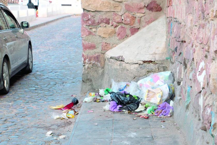 LIMPIEZA. Algunas personas depositan basura en lugares patrimoniales.