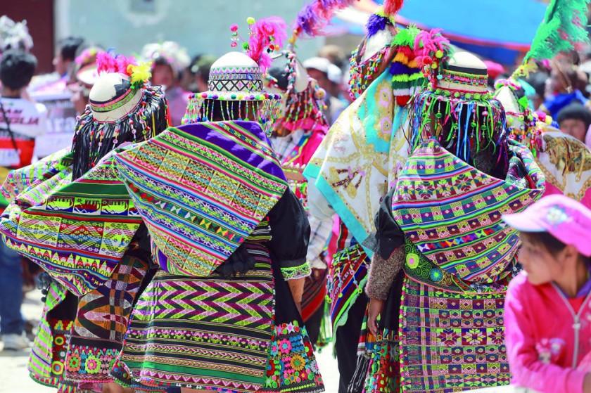 El color y detalle de los tejidos de las mujeres de Macha que bailaron tinku.