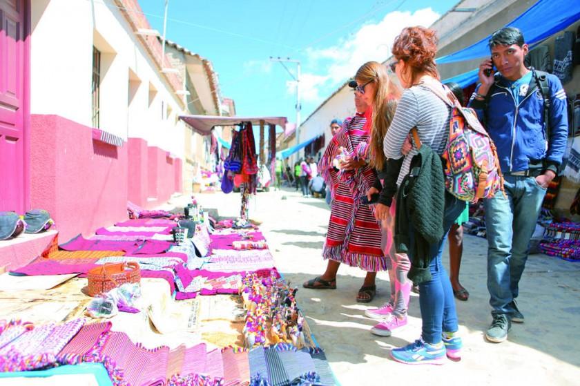 La visita de turistas a Tarabuco promovió ventas.