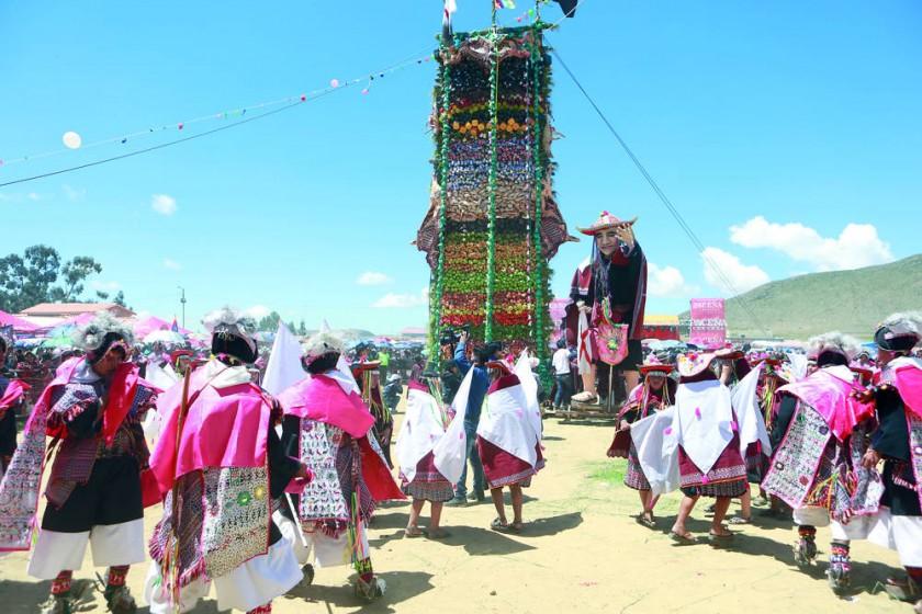 La pucara, el baile y un muñeco mecánico gigante colmaron el escenario central de la fiesta en Tarabuco.