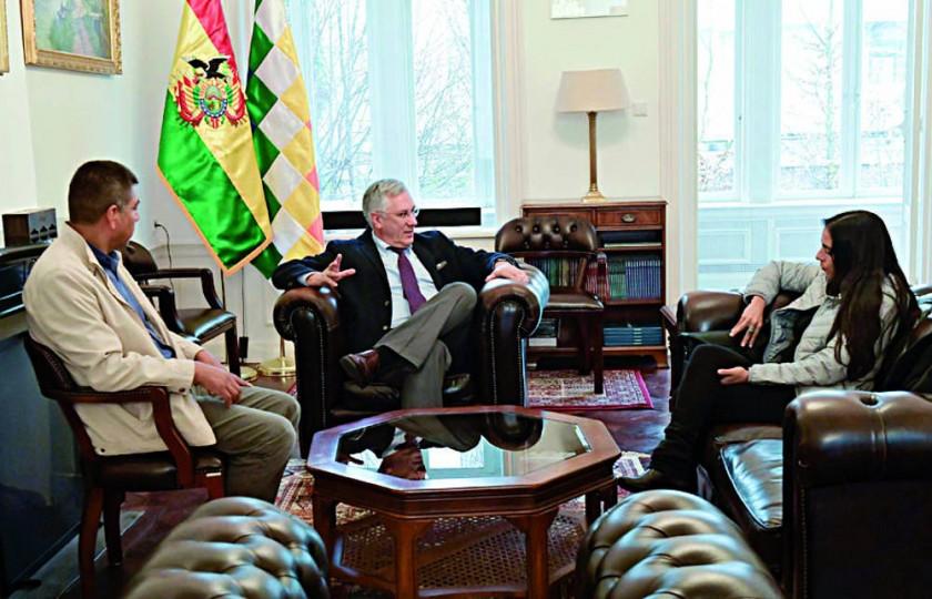 COMITIVA. El canciller Huanacuni, el agente Rodríguez Veltzé y la diputada Montaño, en La Haya.