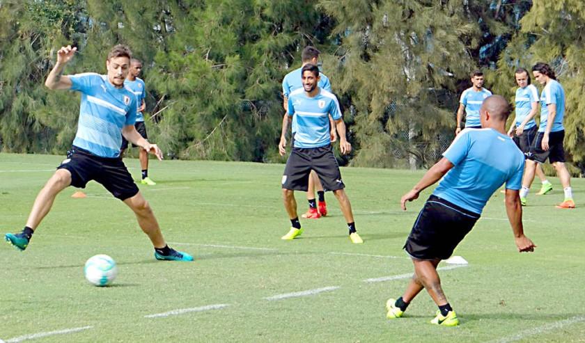 Uruguayos y brasileños se enfrentan hoy, en el estadio Centenario de Montevideo.