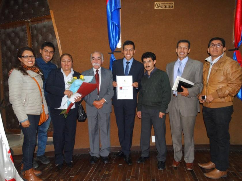 Benjamín Castro con su familia y sus mentores.