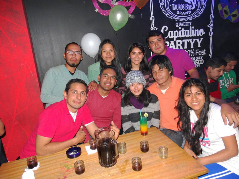 Rosario Ortiz (abajo centro) y sus amigos.