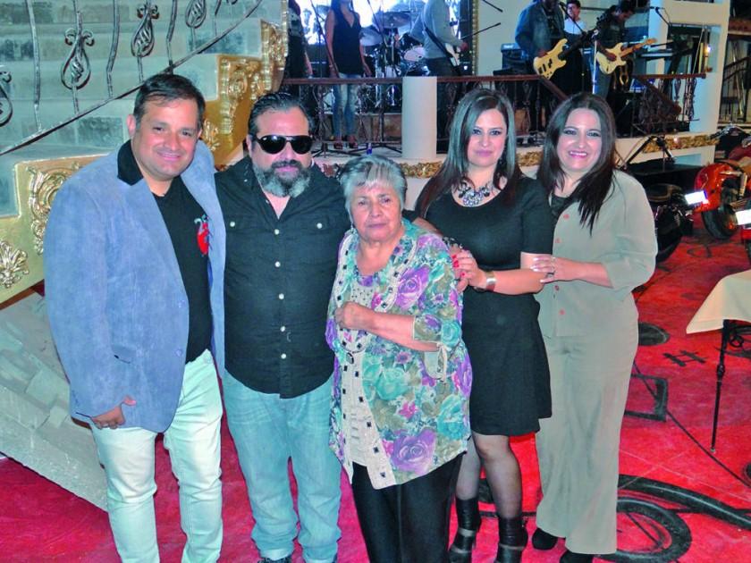 Los hermanos Campero, Jorge, Javier, Jenny y Carmen Campero Junto a su madre (centro) Mercedes de Campero.