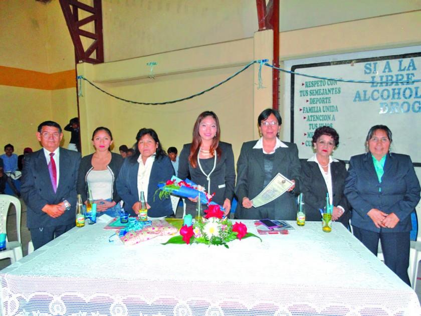 La diputada Yesenia Yarhui junto con autoridades y plantel administrativo del colegio.