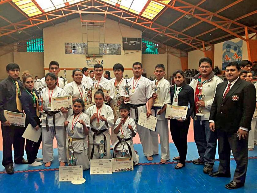 La delegación chuquisaqueña que participó del Nacional en El Alto; abajo, uno de los combates del torneo.