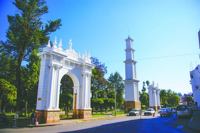 El parque Simón Bolívar, antes conocido como Paseo del Prado, es la única área verde planificada de Sucre.