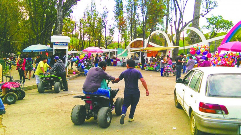 Las motos y cochecitos han tomado la calle que rodea al parque. El caos reina los fines de semana en este emblemático...