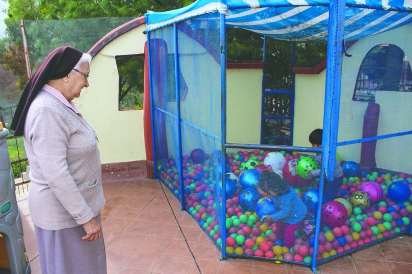 Cuidando a los niños mientras juegan.