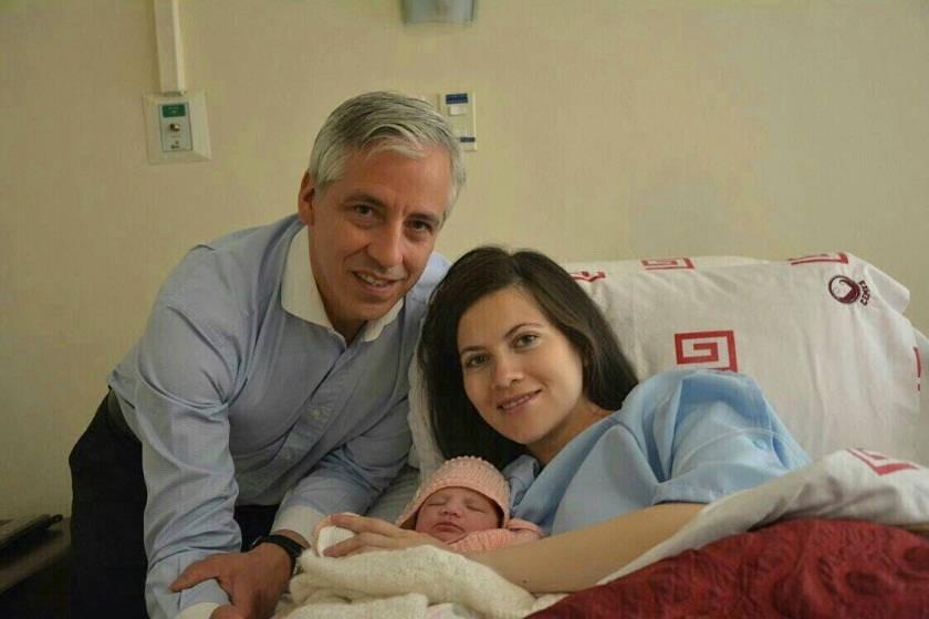 Álvaro García y Claudia Fernández junto con su pequeña recién nacida. Foto: Gentileza