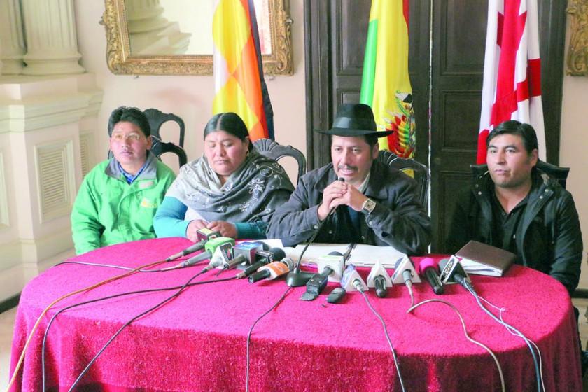 GOBERNADOR. Urquizu (c) reveló ayer que el Gobierno Departamental agotó su capacidad de endeudamiento.