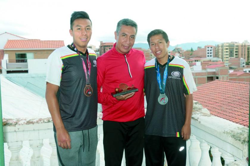 Carlos (d), Luis (c) y Conrrado, la familia Moscoso que estuvo presente en el Panamericano de Costa Rica.