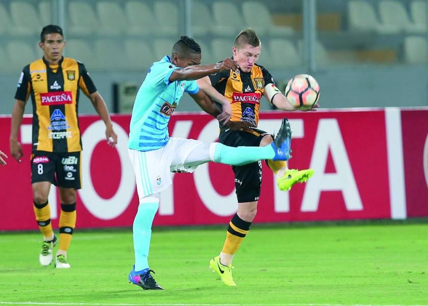 Alejandro Chumacero pelea por un balón ante un rival.