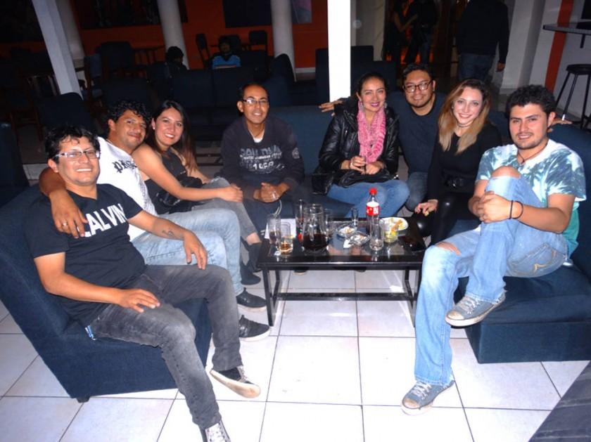 La cumpleañera Danny Navas (segunda derecha), vocalista de Exit, junto a los integrantes de su banda.