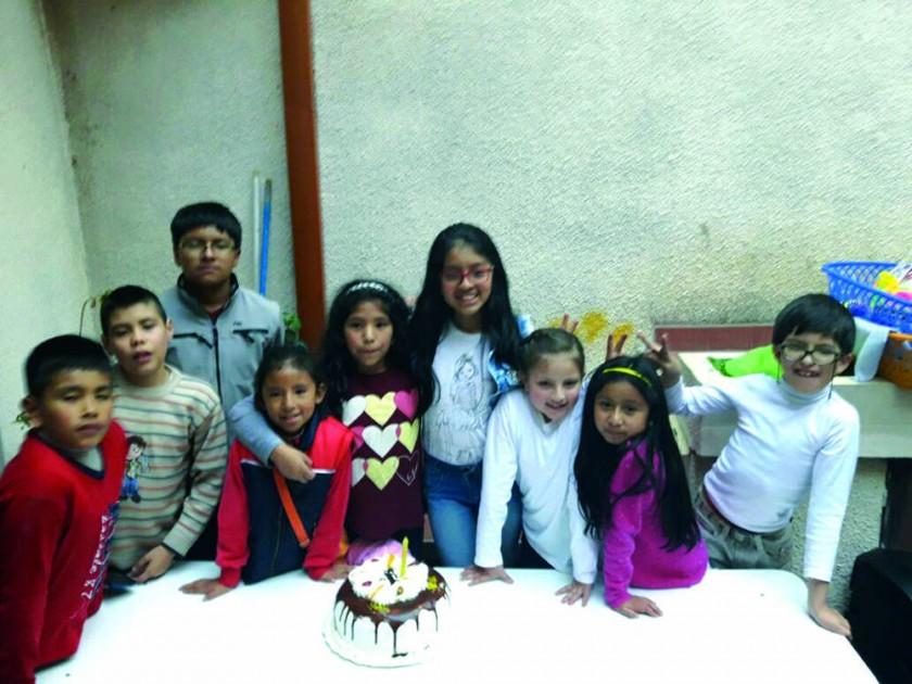 Los niños junto con su pastel por el Día del Niño.