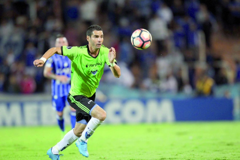 Danny Bejarano de Sport Boys domina el balón