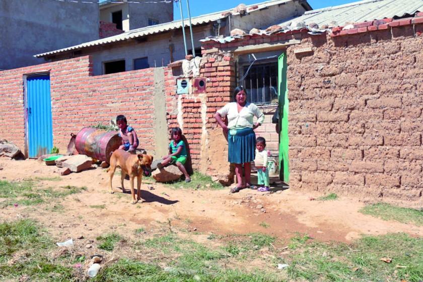 VIVIENDA. Una familia en su casa del barrio Nueva Alegría. Las casas no tienen alcantarillado.