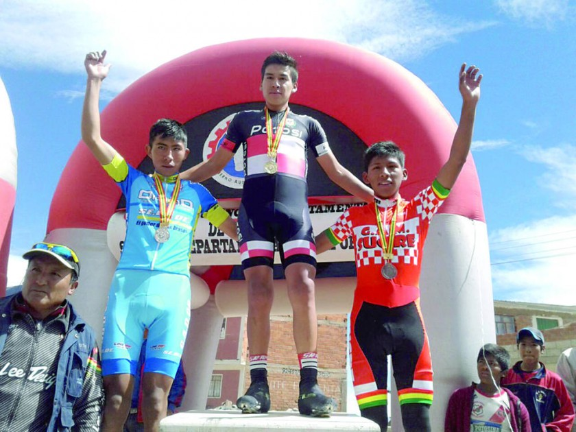 Wilber Rodríguez (d), bronce en ciclismo (arriba), y la competencia de natación en El Rollo.