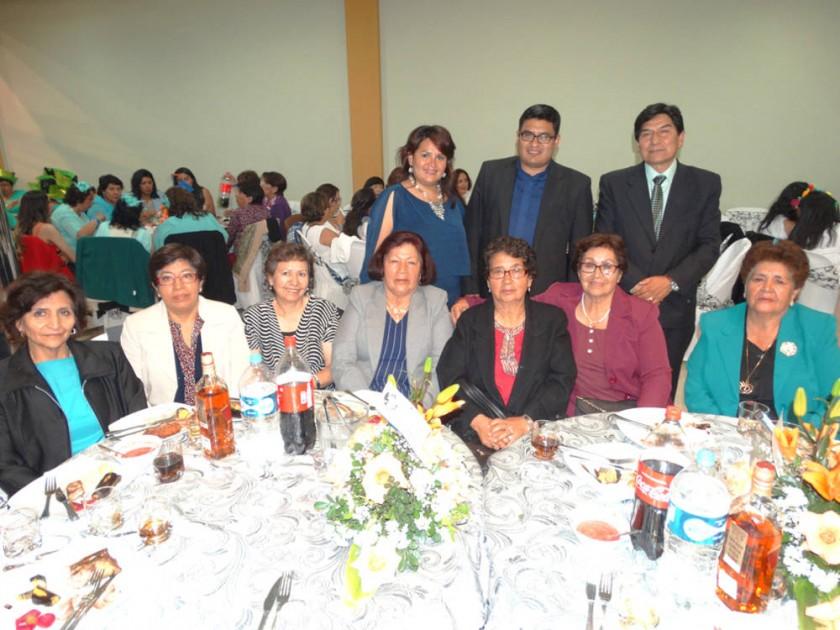 Abajo: Ex profesores. Arriba: Mirta Quispe, organizadora; Padre Henry Vallejos  y Ronald Cardozo, Director.
