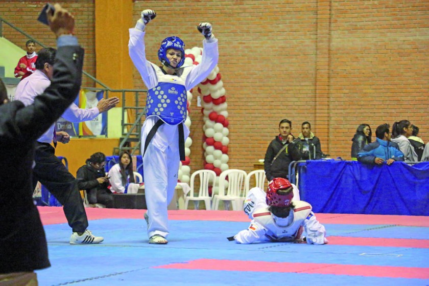 La chuquisaqueña Ana Mogro celebra tras vencer a Nathalia Rojo de Atacama, en la final de la categoría hasta 49...