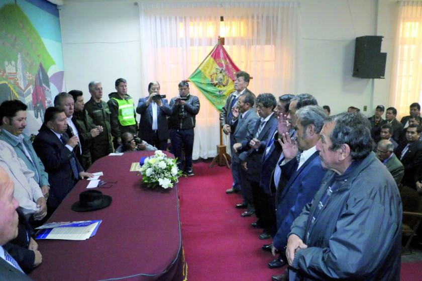 POSESIÓN. El secretario General de la Federación Departamental de Choferes posesionó a los dirigentes de los sindicatos.