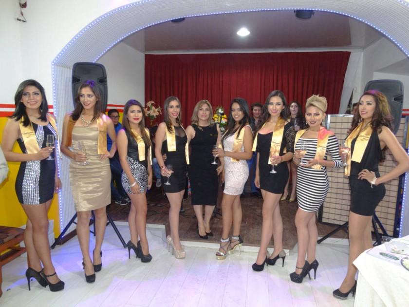 Antonieta Villarroel junto con las candidatas al Miss Chuquisaca.