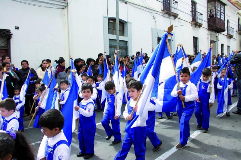 Bosque de Banderas en el frontis  de la unidad educativa.