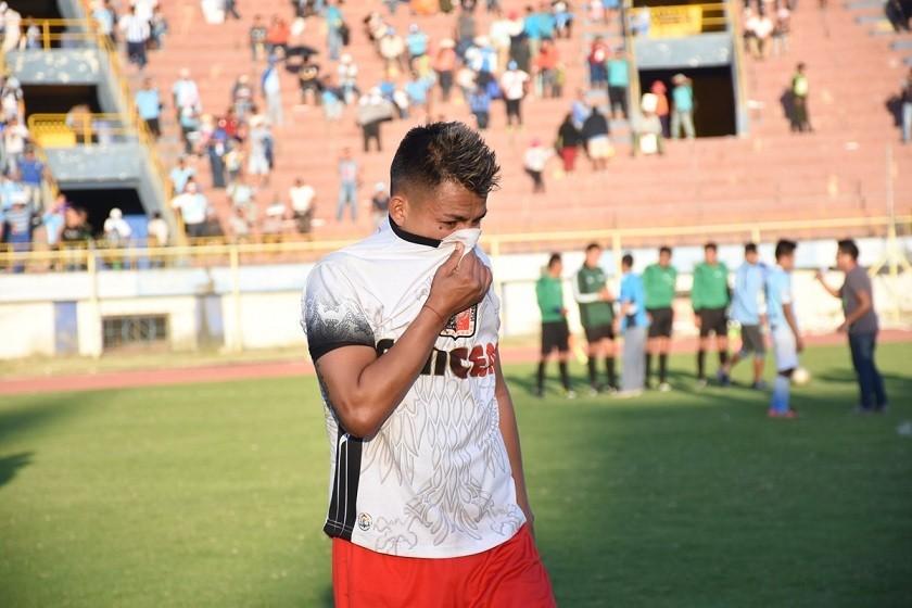 Un jugador de Fancesa se lamenta al quedar elminado su equipo. Foto: Marka Registrada