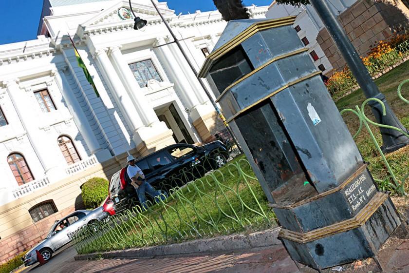 PARQUE BOLÍVAR. El estado de un contenedor de basura en pleno centro recreativo de la ciudad.
