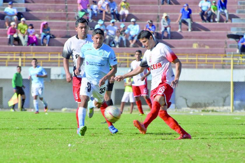 El festejo de los jugadores cochabambinos; abajo, un pasaje del partido jugado ayer, en Cochabamba.