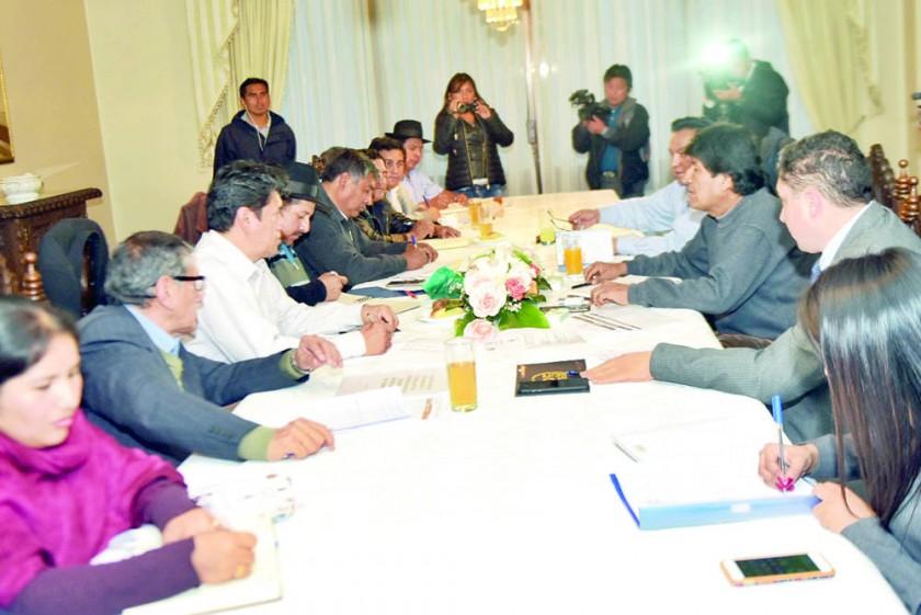 REUNIÓN. La delegación chuquisaqueña se reúne con Evo Morales en la Residencia Presidencial.