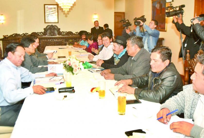 Oficialismo pacta programa del 25 de Mayo con Evo; cívicos se quejan