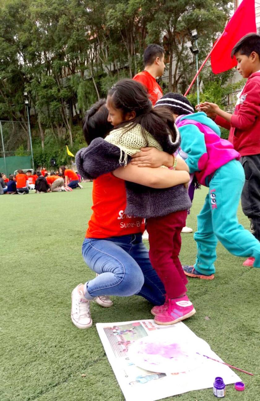 Voluntaria Jacqueline Barrios en una actividad emotiva.