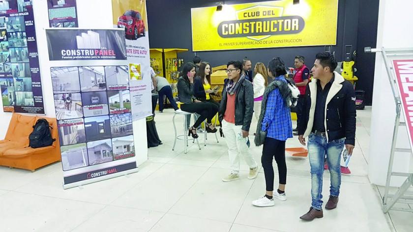 STANDS. La mayoría de las empresas comenzó a ofertar sus productos y servicios en los distintos pabellones del Campo...