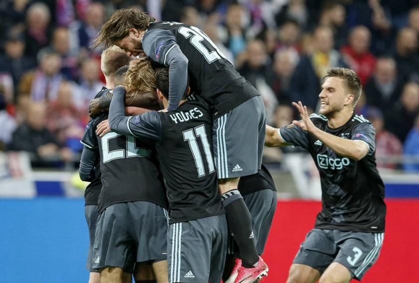 Las celebraciones de los jugadores de Manchester United y Ajax, luego de conseguir el boleto a la final.