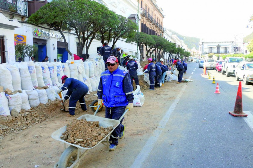 Los trabajos de seguridad comenzaron ayer, en la plaza 25 de Mayo.