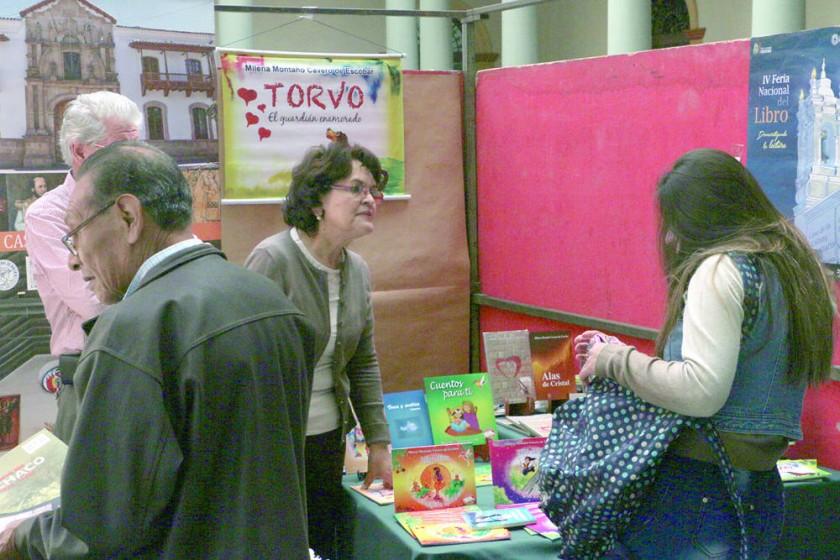 ESCRITORA. La chuquisaqueña Milena Montaño comparte con el público que asistió a la feria.