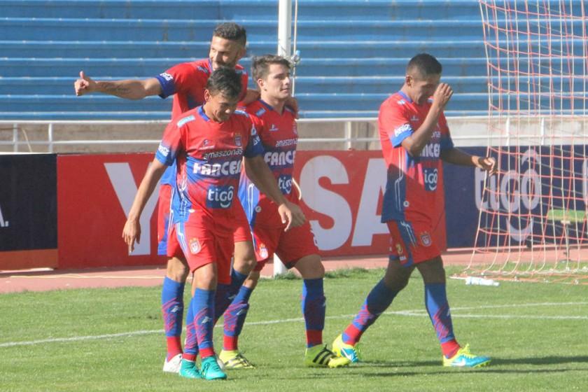 Los jugadores estudiantiles celebran el gol marcado por el argentino Alejandro Quintana