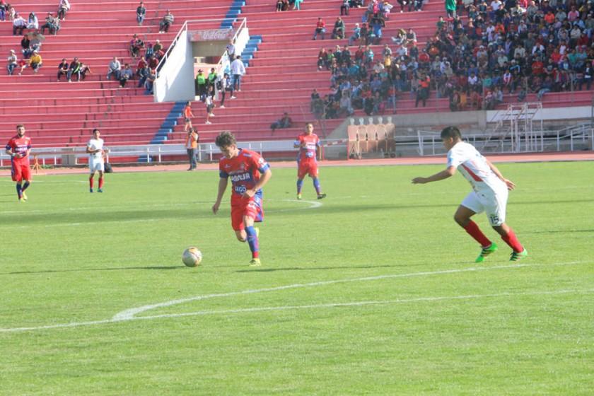 el debutante Oscar Lopez en un ataque.