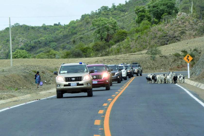 ESTRENO. El presidente Evo Morales inaugura la carretera Zudáñez-Monteagudo, en un vehículo oficial, acompañado de...