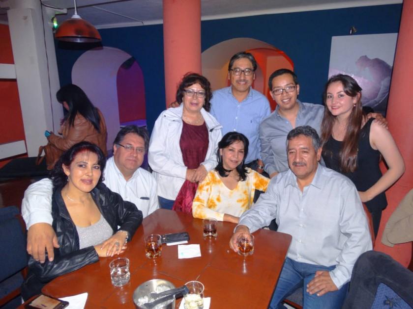 Ramiro Bracamonte (Abajo, primero derecha) festejó su cumpleaños al lado de sus seres queridos.