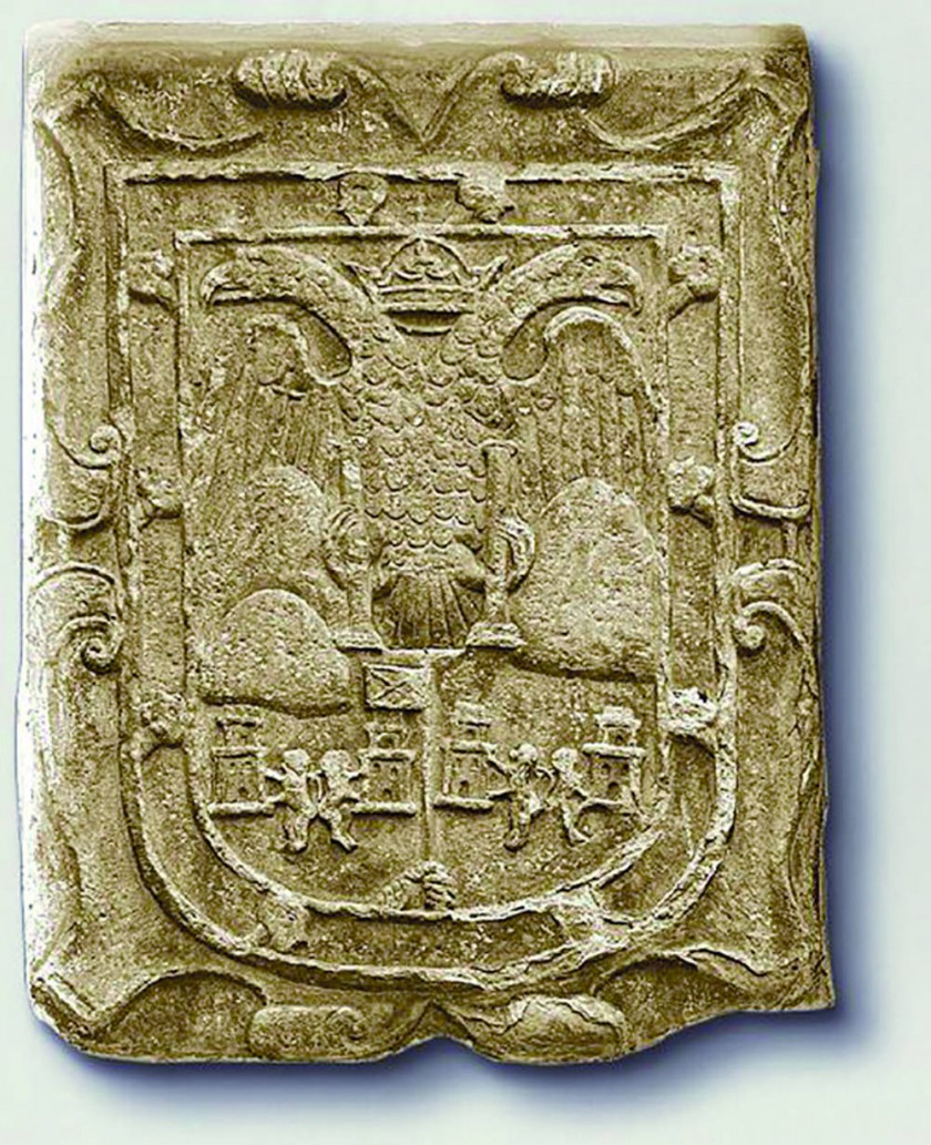 """El escudo de Chuquisaca tallado en piedra con la """"Cruz de San Andrés"""" fue hecho en 1603  colocado en el muro del..."""